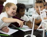 Bambini felici alla scuola elementare Immagini Stock Libere da Diritti