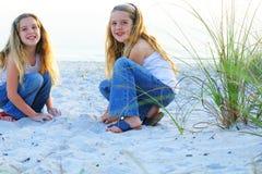 Bambini felici alla spiaggia immagini stock