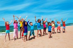 Bambini felici attivi sulla spiaggia Immagini Stock