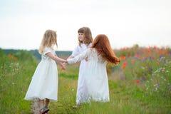 Bambini felici che ballano su un campo, vita sana, ` s del bambino togethern Immagine Stock Libera da Diritti