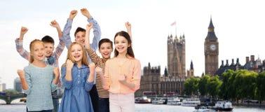 Bambini felici che celebrano vittoria sopra Londra Immagine Stock