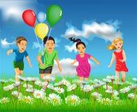 Bambini felici che corrono nel campo Fotografia Stock