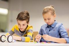 Bambini felici che costruiscono i robot alla scuola di robotica Fotografia Stock Libera da Diritti