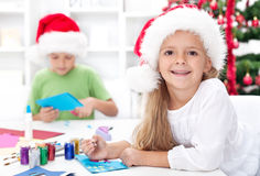 Bambini felici che fanno le cartoline di Natale Fotografia Stock