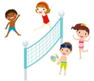 Bambini felici che giocano beach volley Immagini Stock