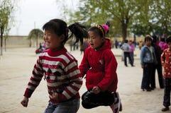 Bambini felici che giocano con il salto Immagini Stock