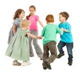 Bambini felici che giocano il gioco del cerchio Fotografia Stock