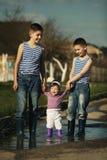 Bambini felici che giocano nella pozza Immagine Stock