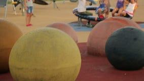 Bambini felici che giocano sul campo da giuoco, godendo delle vacanze estive, sorridenti nella macchina fotografica video d archivio