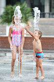 Bambini felici che giocano in una fontana Fotografia Stock