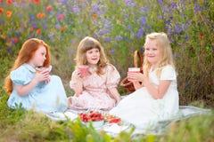 Bambini felici che mangiano cocktail all'aperto Fotografia Stock