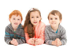 Bambini felici che mettono su pavimento immagini stock libere da diritti