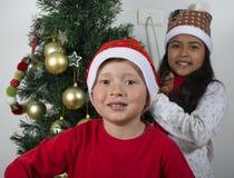 Bambini felici che pongono sotto l'albero di Natale Immagine Stock Libera da Diritti