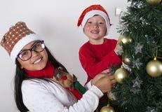 Bambini felici che pongono sotto l'albero di Natale Fotografie Stock Libere da Diritti