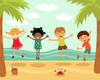 Bambini felici che saltano alla spiaggia Fotografie Stock Libere da Diritti