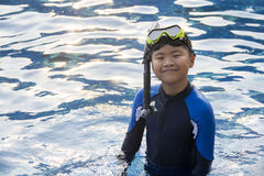 Bambini felici che si immergono maschera nelle vacanze estive dell'acqua immagine stock libera da diritti