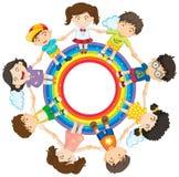 Bambini felici che si tengono per mano intorno al cerchio dell'arcobaleno Fotografia Stock Libera da Diritti