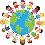 Bambini felici che tengono le mani Immagini Stock