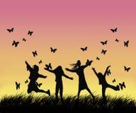 Bambini felici che tengono per le mani sul campo Fotografie Stock