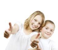 Bambini felici con i pollici in su Fotografia Stock