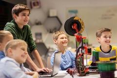 Bambini felici con la stampante 3d alla scuola di robotica Immagine Stock Libera da Diritti
