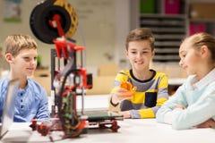 Bambini felici con la stampante 3d alla scuola di robotica Fotografia Stock Libera da Diritti