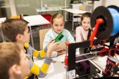 Bambini felici con la stampante 3d alla scuola di robotica Fotografie Stock Libere da Diritti