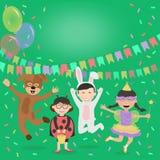 Bambini felici in costumi divertendosi sui precedenti delle decorazioni festive Fotografie Stock