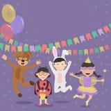 Bambini felici in costumi divertendosi sui precedenti delle decorazioni festive Fotografia Stock