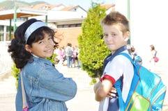 Bambini felici davanti al banco, esterno Immagine Stock Libera da Diritti