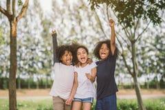 Bambini felici del bambino del fronte allegro allegri e ridere immagine stock