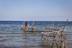 Bambini felici di divertimento sulla spiaggia Immagini Stock