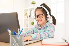 Bambini felici di vetro che giocano computer Fotografia Stock Libera da Diritti