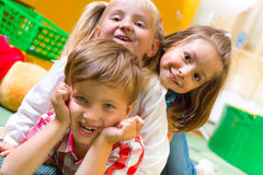 Bambini felici divertendosi a casa Fotografie Stock Libere da Diritti