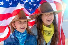 Bambini felici, due ragazze sveglie con la bandiera americana fotografia stock