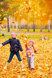 Bambini felici nella sosta di autunno Immagine Stock