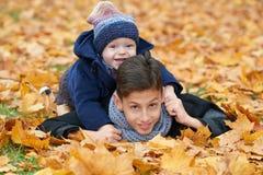 Bambini felici nella sosta di autunno Fotografia Stock