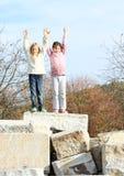 Bambini felici - ragazze sulla cima fotografie stock