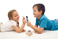 Bambini felici - ragazzo e ragazza - che giocano sul pavimento Immagine Stock