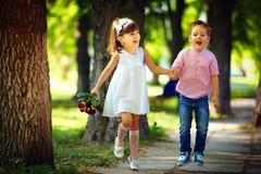 Bambini felici svegli che saltano nel parco di estate immagine stock