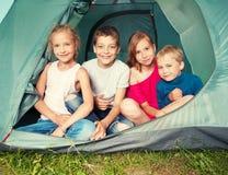 Bambini felici in una tenda Fotografia Stock