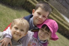 Bambini in giardino Immagini Stock Libere da Diritti