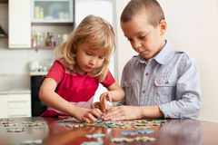 Bambini, giocanti i puzzle Fotografia Stock Libera da Diritti