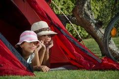 Bambini in giorno pieno di sole della tenda Fotografia Stock
