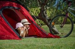 Bambini in giorno pieno di sole della tenda Fotografia Stock Libera da Diritti