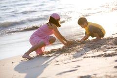 Bambini in giovane età che fanno il castello della sabbia Fotografia Stock