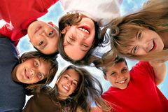 Bambini in giovane età felici che hanno divertimento Fotografia Stock