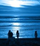 Bambini in giovane età alla spiaggia Immagini Stock