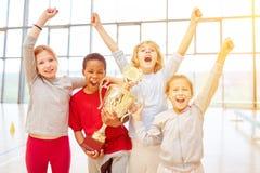 Bambini incoraggianti come vincitori dopo concorrenza immagine stock