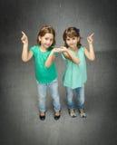 Bambini indicati con il dito Fotografie Stock